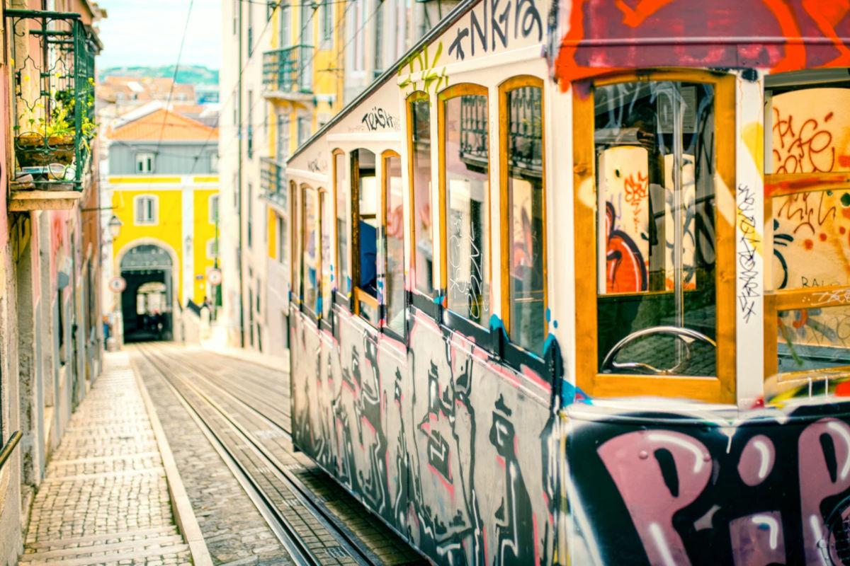 Graffitis en una tranvia sin laminas anti-vandalismo