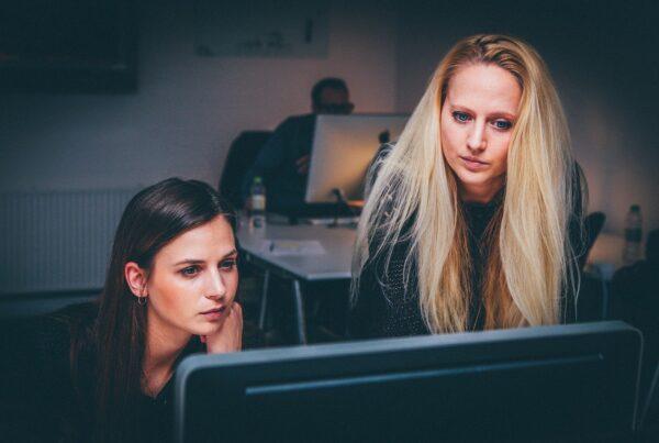 Mujeres en una oficina - laminas solares y productividad de los trabajadores